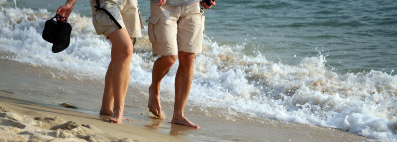 Man en vrouw wandelen op het strand