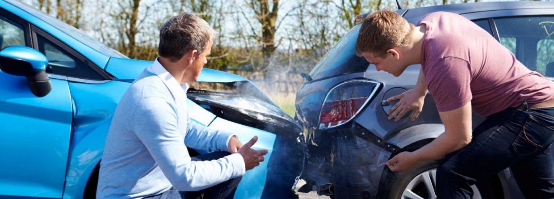 2 mannen bekijken de schade aan hun auto,s