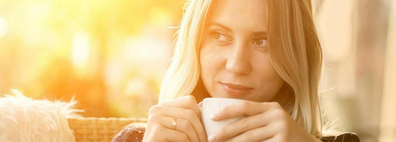 Vrouw drinkt koffie in de zon