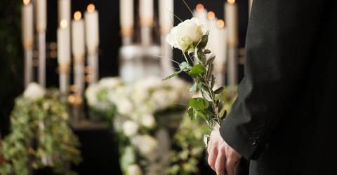 uitvaart, bloemen, kaarsen, man met bloem